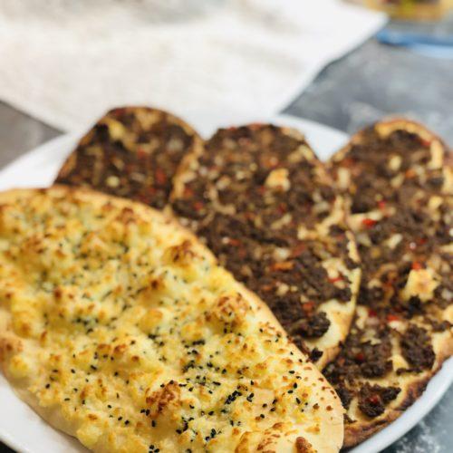 syrische Pizza mit Käse oder Hackfleisch